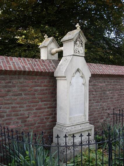 Grafmonument jonkvrouw Josephine van Aefferden, foto: cc-by-sa3.0 Janssenfrank. Transcriptie grafsteen: Vrouwe /J.W.C. van GORKUM /geb. Jonkvrouwe /J.C.P.H. van AEFFERDEN /geb. te Roermond /28 Juni 1820 en /aldaar overleden /29 November 1888. /R.I.P.